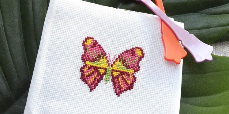 Broderie : un papillon multicolore au point de croix