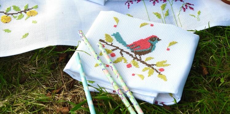 Broderie : un petit oiseau au point de croix
