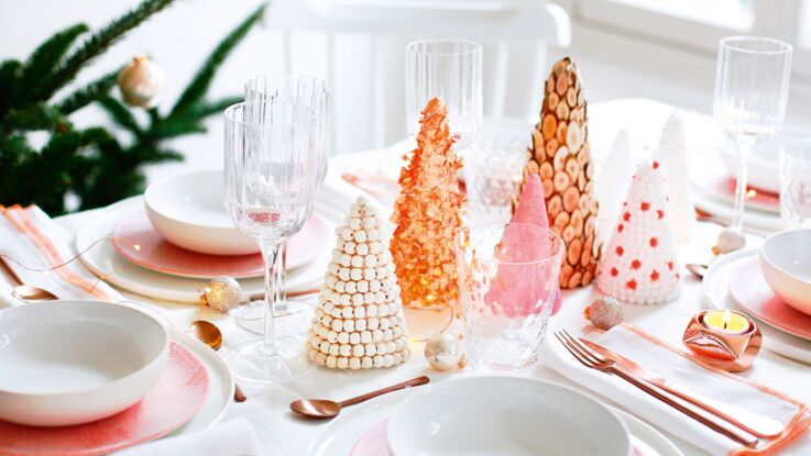 Un centre de table en sapins décorés pour Noël