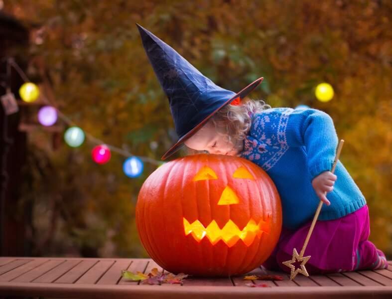 Creuser une citrouille pour préparer Halloween