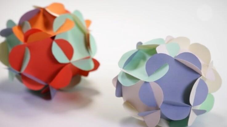 Déco de Noël : des boules en papier en forme de fleurs