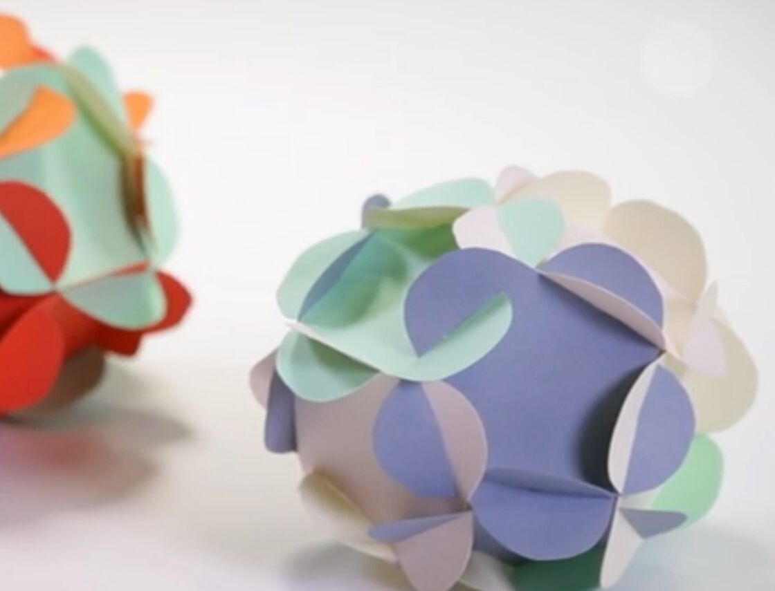 Comment Faire Des Boules En Papier déco de noël : des boules en papier en forme de fleurs