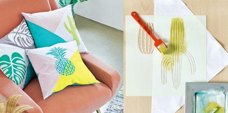 DIY facile et pas cher : un coussin avec un imprimé exotique