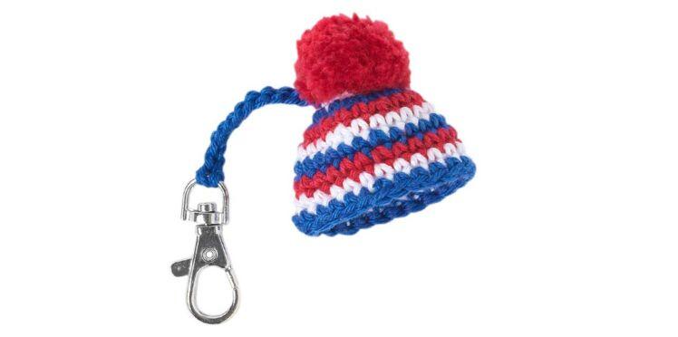 DIY : Un mini bonnet porte-clés pour les fans des bleus