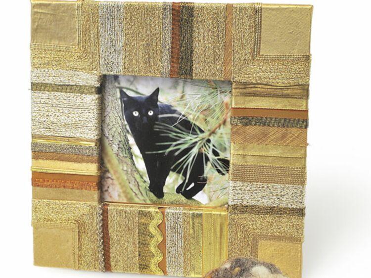 fabriquer un cadre photo en tissu femme actuelle le mag. Black Bedroom Furniture Sets. Home Design Ideas