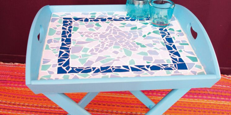 Une petite table marine en mosaïque