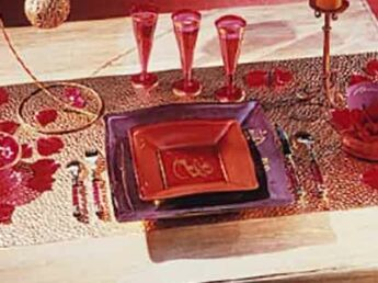 Une table rouge et or