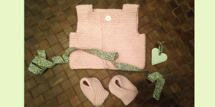Tricot bébé : un gilet sans manches et des chaussons assortis