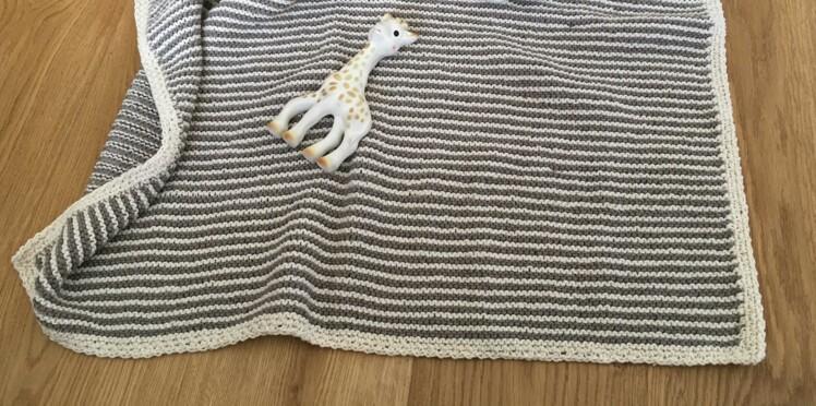 Tricot bébé : une couverture rayée