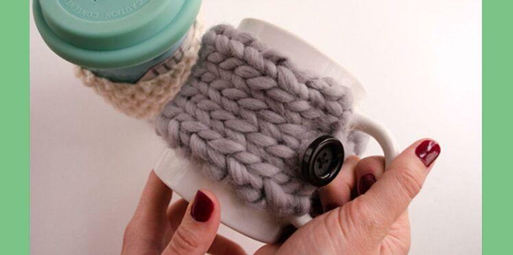 Un cache-mug en tricot, le DIY idéal pour Noël