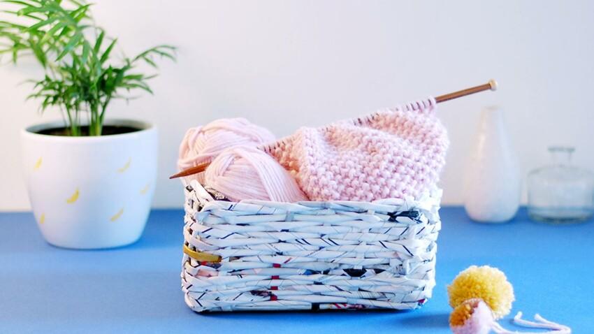 Un panier tressé avec un catalogue IKEA recyclé