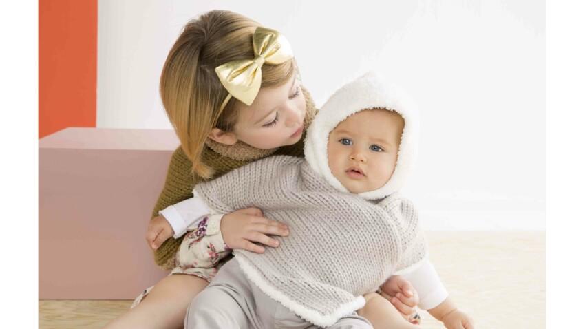 Un poncho tricoté pour bébé