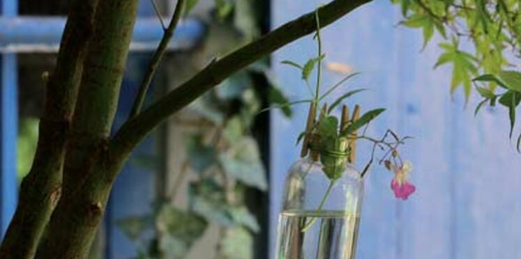 Décorer son jardin avec de petits vases en suspension