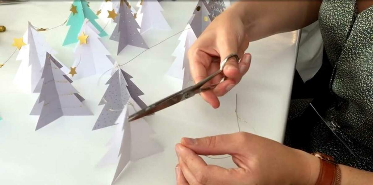 Vidéo : une guirlande de sapins en papier