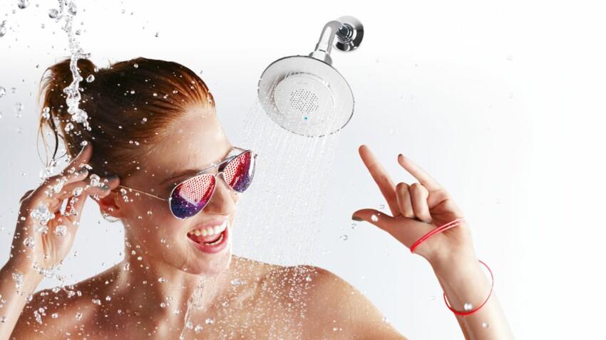 Une douche de tête se fait haut-parleur pour chanter sous la douche.
