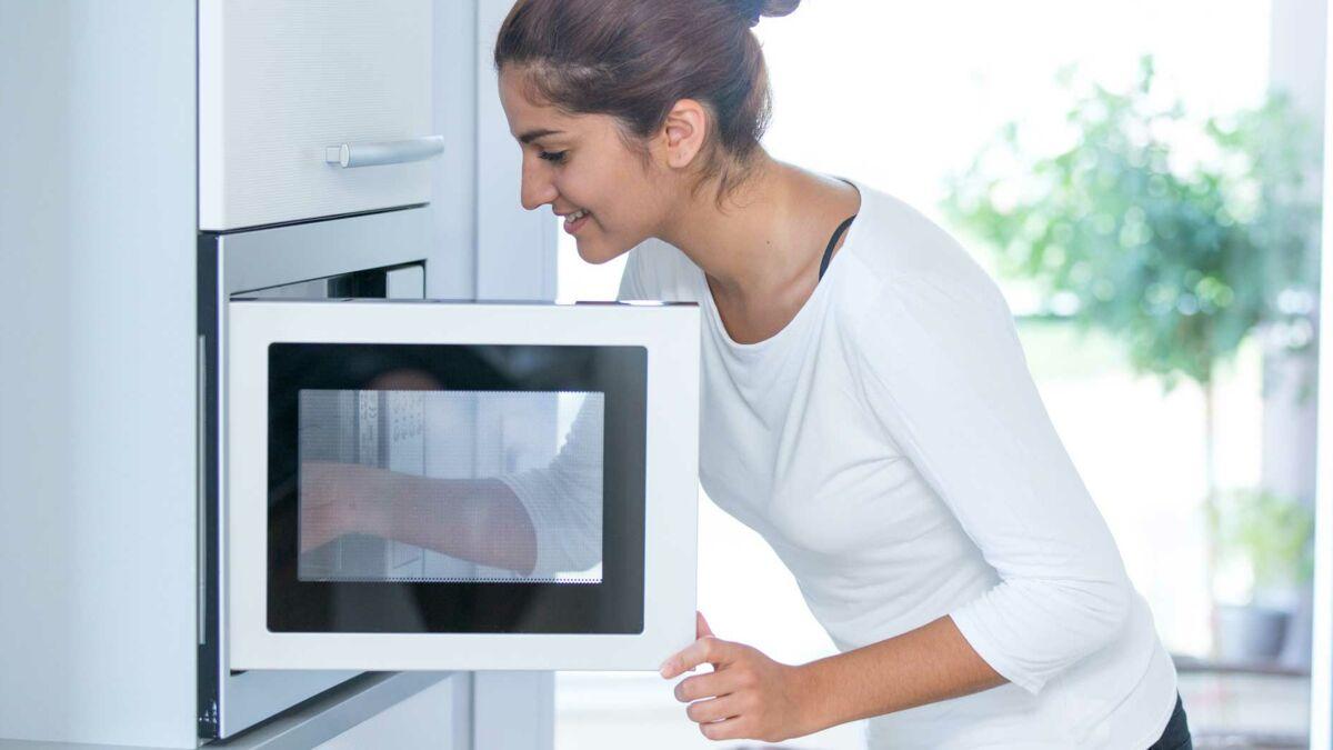 Comment Désodoriser Un Four Micro Ondes l'astuce géniale pour nettoyer rapidement son micro-ondes