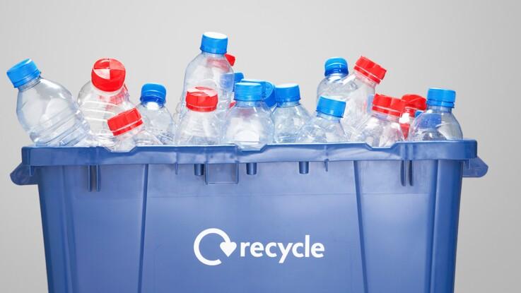 recyclage du plastique comment bouchons et bouteilles sont s par s l usine femme. Black Bedroom Furniture Sets. Home Design Ideas