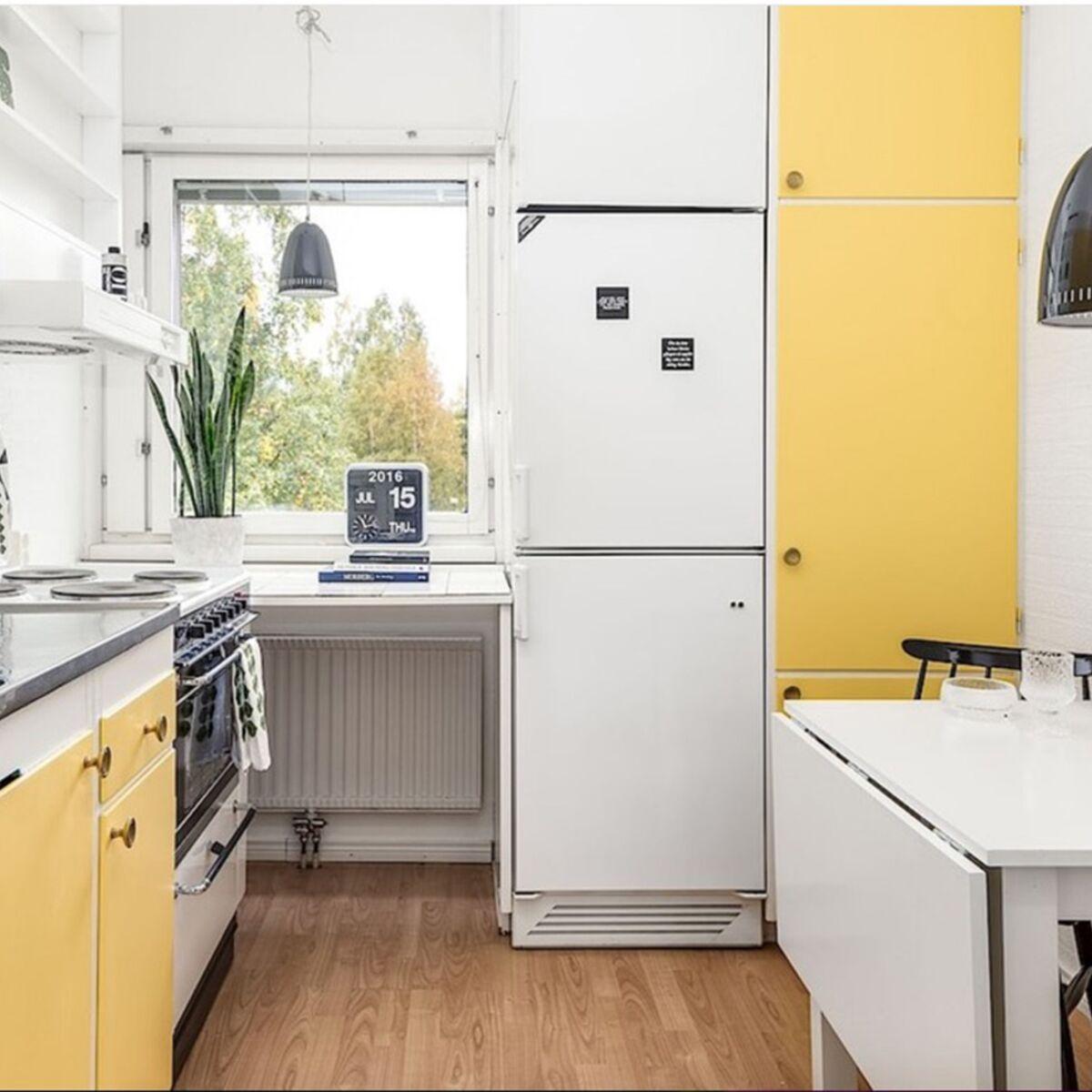 Petites Cuisines Sur Mesure un coin repas modulable dans une petite cuisine : femme