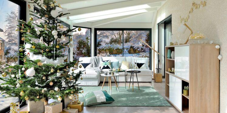 Déco de Noël : un salon moderne vert tendre