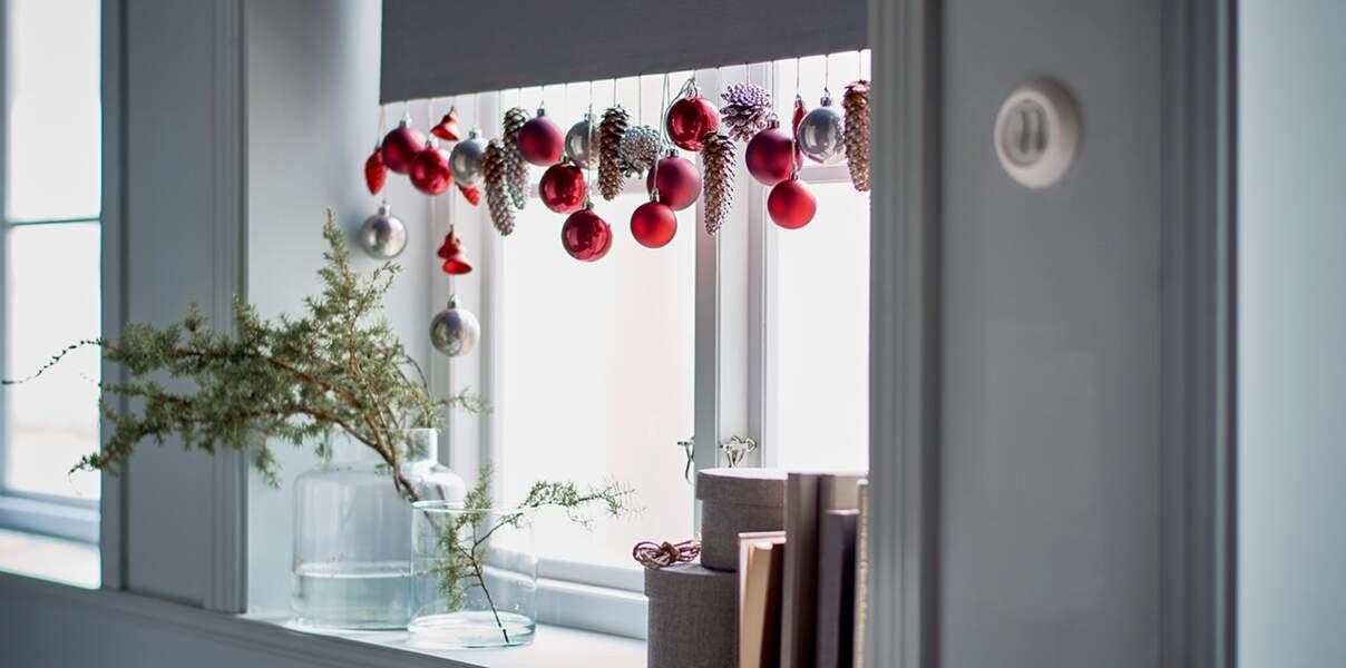 Je décore ma fenêtre avec... un store garni de boules
