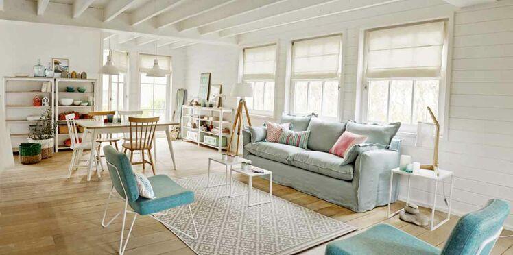 Blanc et bleu : un salon dans les tons pastel