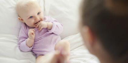 à Quel âge Bébé Voit Il Femme Actuelle Le Mag