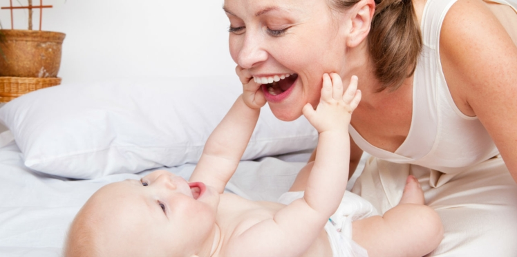 Première année de bébé : les meilleurs jeux d'éveil à faire avec lui