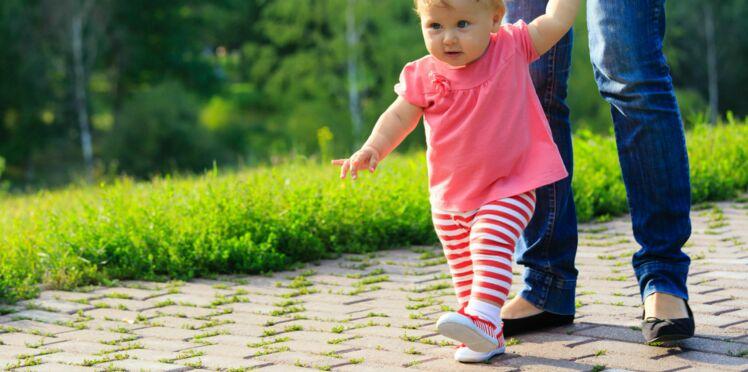 Premiers pas de bébé: avec ou sans chaussures?