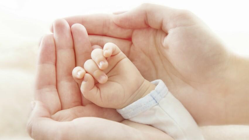 Bébé a les doigts collés: pourquoi il ne faut pas paniquer