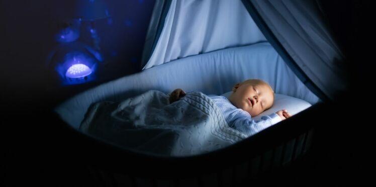 Bébé confond le jour et la nuit : comment l'aider ?