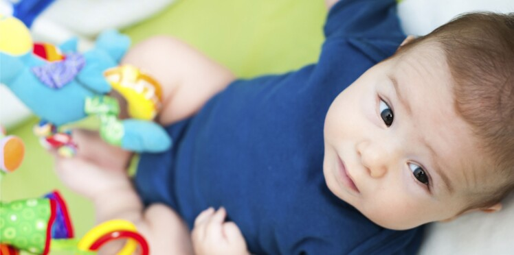 Mon bébé a la tête plate : que faire ?