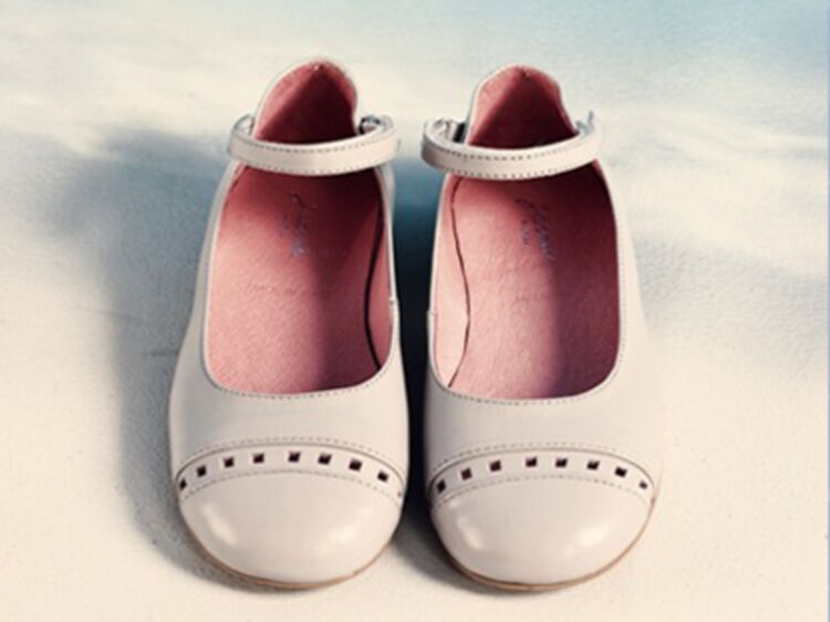 e18f5825b84e8 Choisir les bonnes chaussures pour ses enfants - A quel âge acheter la  première paire de chaussures     Femme Actuelle Le MAG