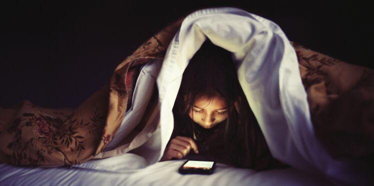 Les ados qui envoient des textos dans le noir dorment mal
