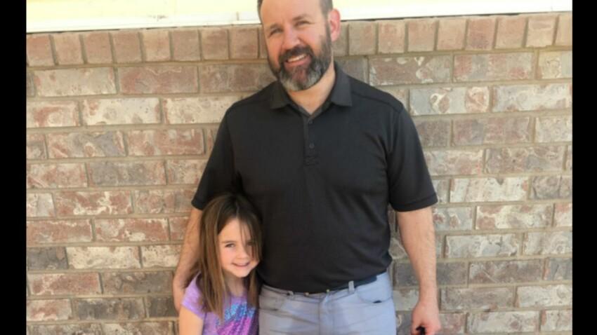 """Pour consoler sa fille qui s'est """"oubliée"""", il vient la chercher à l'école avec le pantalon mouillé"""