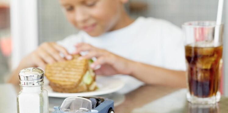 Les enfants qui raffolent de sel boivent aussi plus sucrées