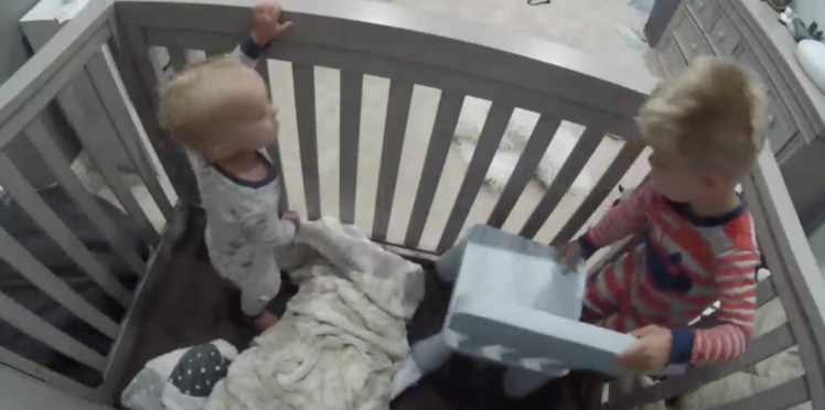 Un enfant de 3 ans aide son petit frère à s'évader de son lit, la vidéo fait le tour du web