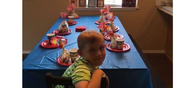 Il fête son anniversaire tout seul, sa mère s'indigne