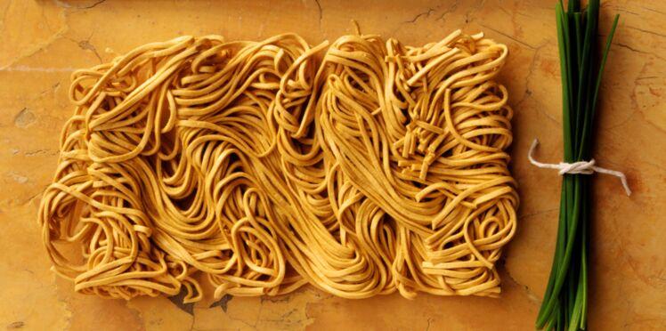 Nouilles chinoises crues : le nouveau snack à la mode pour la récré ?