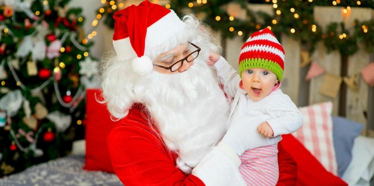 Assis sur le Père Noël, cet enfant appelle à l'aide en langue des signes