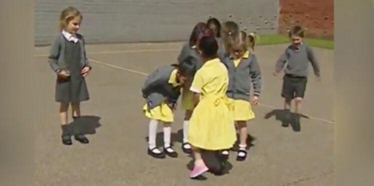 Séquence émotion avec cette petite fille qui montre sa prothèse à ses copains