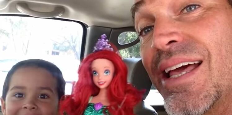 Son fils aime les poupées, la superbe réaction de ce papa !