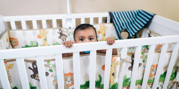 Le tour de lit, trop dangereux pour bébé ?