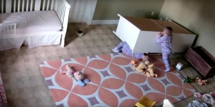 VIDEO - À seulement deux ans, il sauve son frère jumeau coincé sous une commode