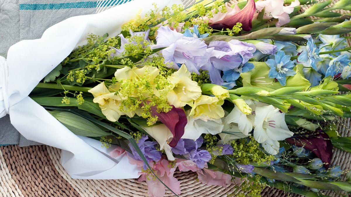 Comment Faire Un Bouquet De Roses vidéo : comment faire un bouquet de glaïeuls digne d'un
