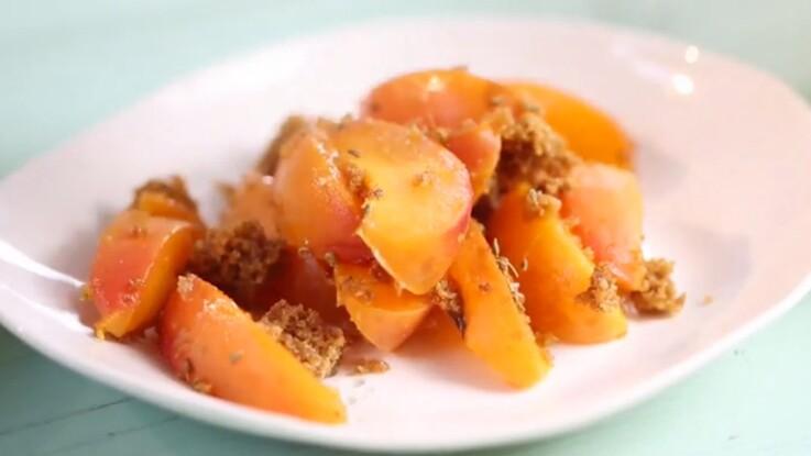 La recette de la poêlée d'abricots au pain d'épices et à l'anis en vidéo