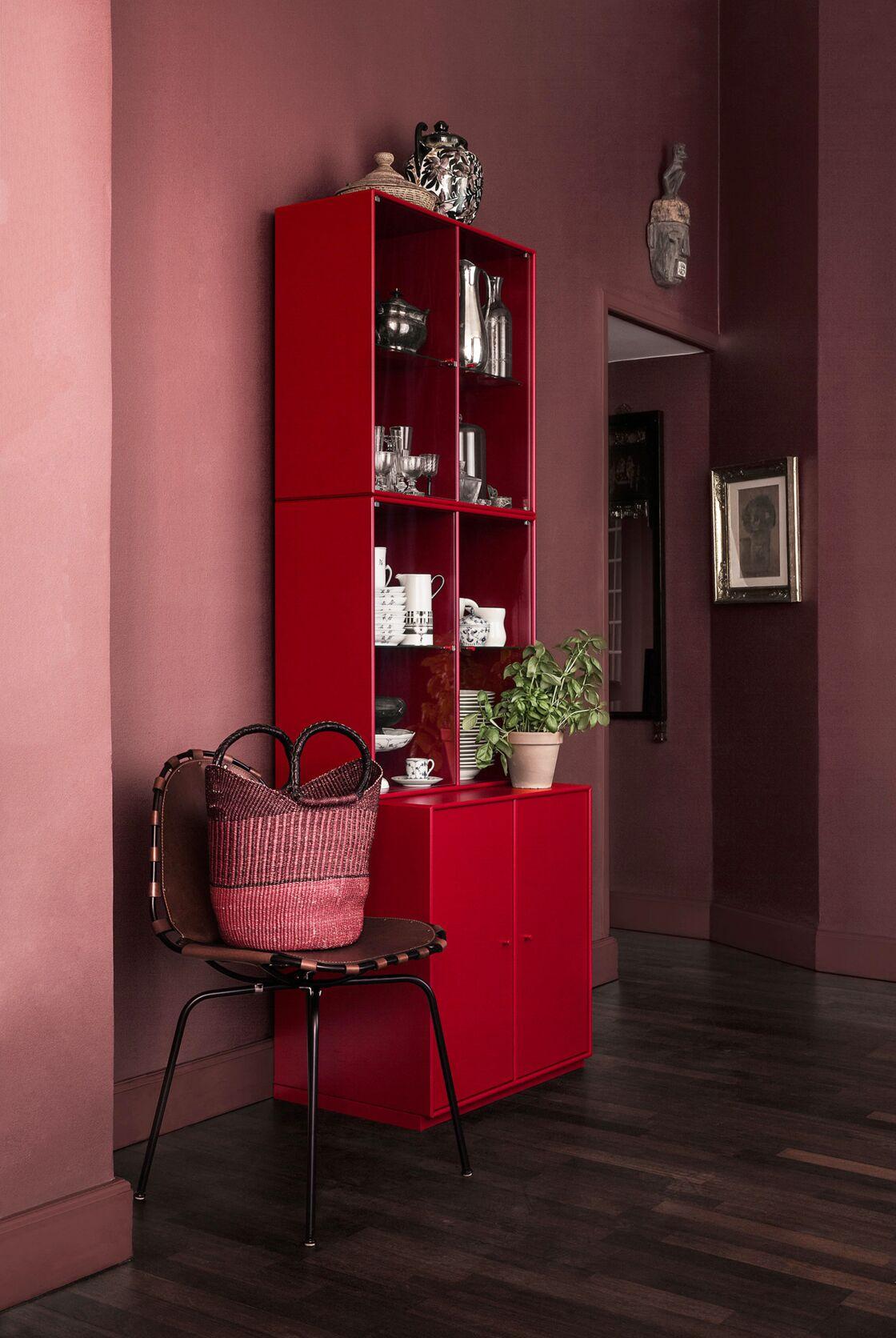 Ici, Le Marsala Sourd Et Dense Qui Habille Les Murs Su0027illumine Du Rouge  Glamour Du0027un Meuble De Rangement Design. Un Dialogue De Teintes Réussi  Grâce à ...