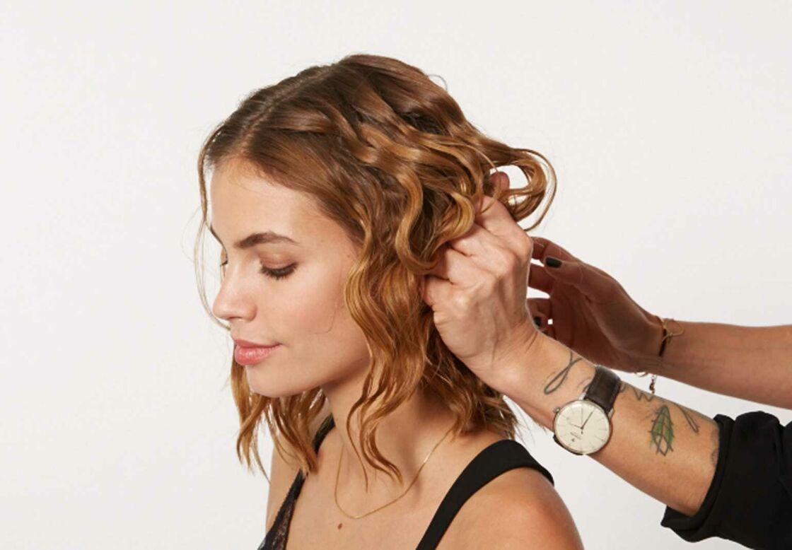 Étape n° 2  laissez sécher les cheveux à l\u0027air libre puis froissez,les  pour leur donner un effet naturel. Prenez des petites mèches et twistez,les.