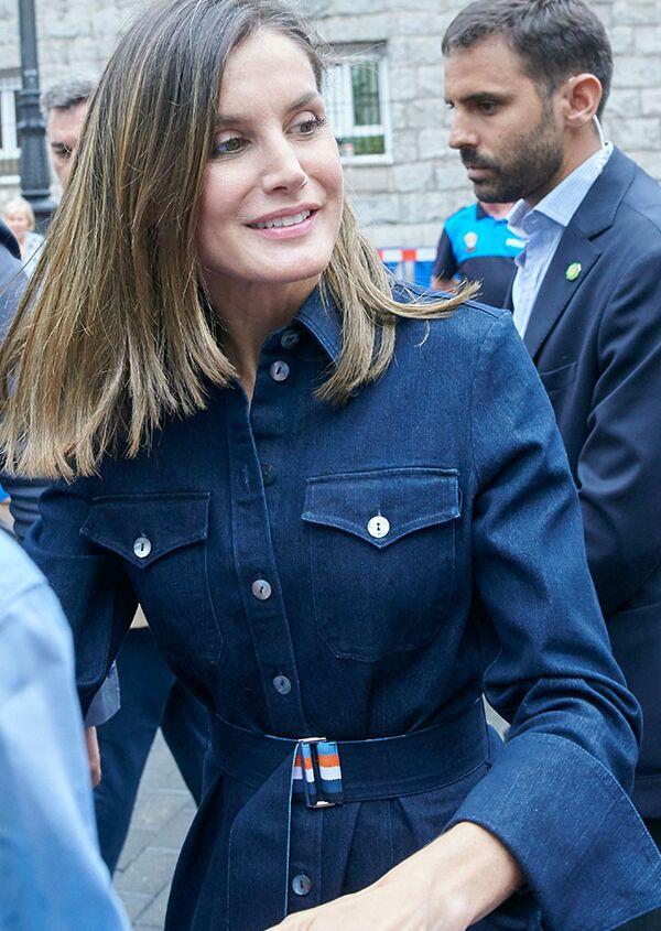 b8d15a2d862 Melania Trump et Letizia d Espagne s affichent dans la même robe fourreau    qui la porte le mieux   Meghan Markle   sa marque de sacs préférée croule  sous ...