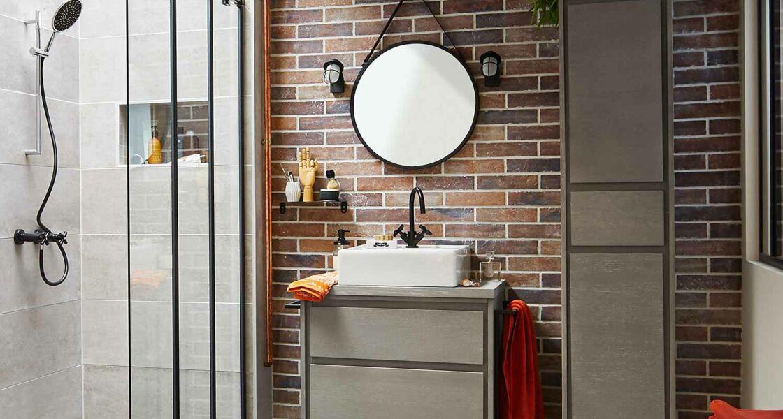 cette salle de bains contrebalance sa petite taille par un style affirm grce sa faence murale imitation brique facile poser mais surtout son