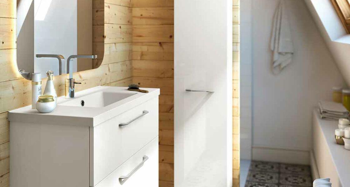 une ambiance chaleureuse dans une petite salle de bains